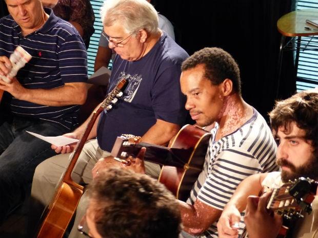 Elias Fernandes (ao centro) é um dos compositores de 'Compositor Confuso' (Foto: Fernando Castro/ G1)