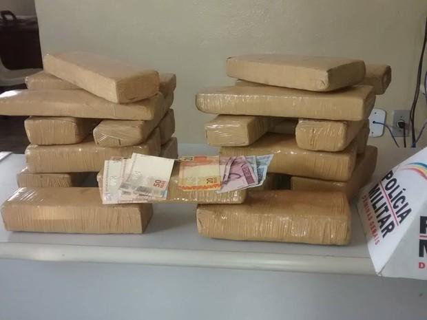 Além dos 21 tabletes de maconha a PM apreendeu R$ 244 em dinheiro com o suspeito. (Foto: Diego Souza/G1)