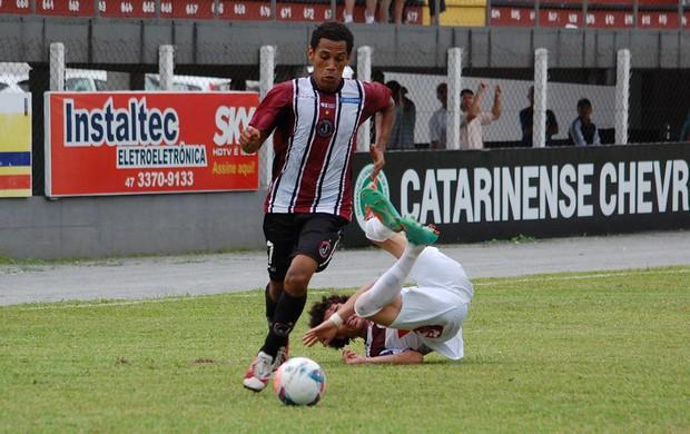 Jogador do Juventus-SC passa pelo marcador do Atlético-IB e parte em direção ao ataque (Foto: Avante / GE Juventus)