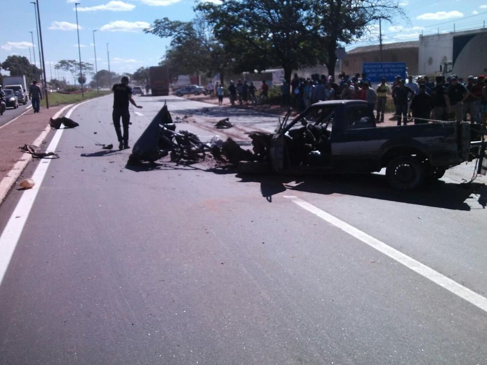 Segundo a polícia, o motorista invadiu a pista contrária e bateu em um caminhão de boi (Foto: Polícia Civil/Divulgação)
