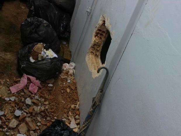 Buraco foi aberto em parede que dá acesso a área restrita a funcionários do banco (Foto: Maico Gean do Carmo/)