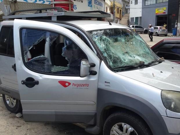 Carro usado pela equipe foi depredado por um grupo (Foto: Leonardo Tamandaré/ TV Gazeta)