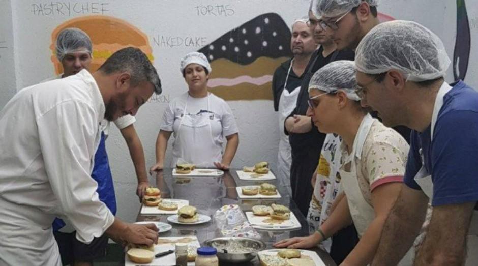 Professor do Colégio Eduardo Guimarães com alunos na aula de Gastronomia   (Foto: Divulgação)