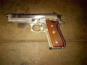 Revólver que teria usado por Ismaaiyl Brinsley para matar os policiais Rafael Ramos e Wenjian Liu, no Brooklyn, em Nova York (Foto: AP Photo/New York Police Department)