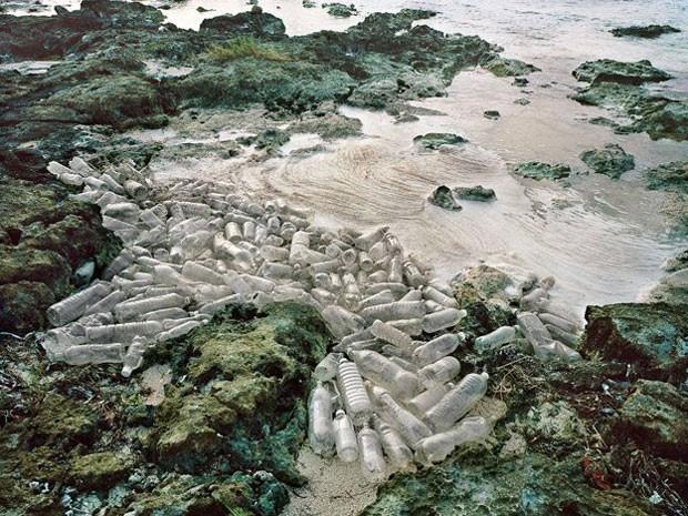 """Esta foto da série do mexicano Alejandro Durán, chamada """"Washed up"""", que se concentra no problema da contaminação dos oceanos com plástico. Na imagem acima, garrafas de plástico que atravessaram o mar até chegar a Sian Ka'an, a maior reserva protegida pelo governo do México na costa caribenha (Foto: Causa e Efeito/Alejandro Durán)"""