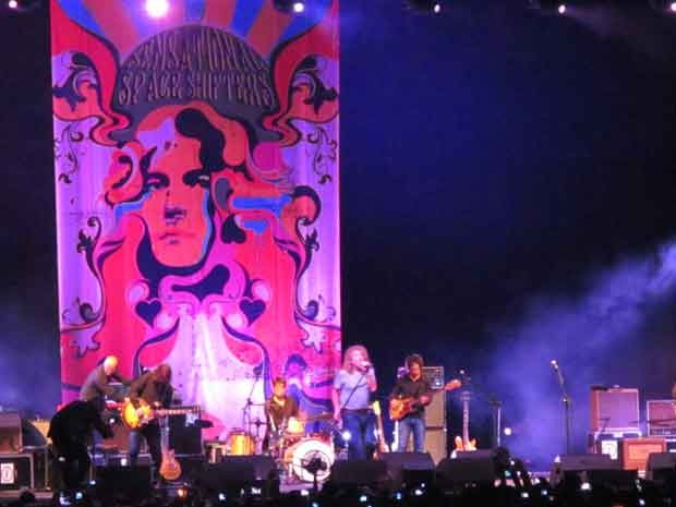 Ex-vocalista do Led Zeppelin, Robert Plant se apresenta ao lado da banda The Sensational Space Shifters no ginásio Nilson Nelson em Brasília (Foto: Lucas Nanini / G1)