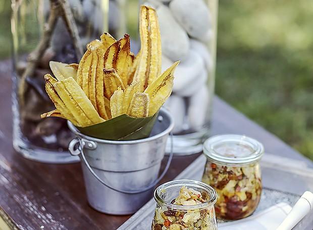 Caponata de alcachofras com chips de banana-da-terra (Foto: Rogério Voltan/ Editora Globo)