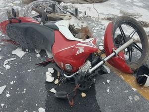 Vítimas estavam em motocicleta e morreram no local (Foto: Blog do Sigi Vilares)