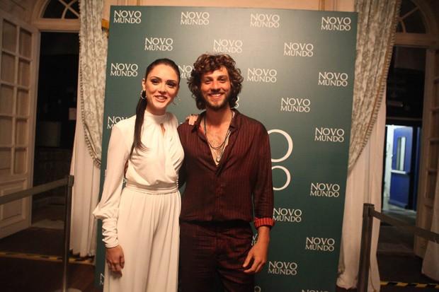 Isabelle Drumont e Chay Suede - Coletiva da novela Novo Mundo (Foto: Anderson Barros / Ego)