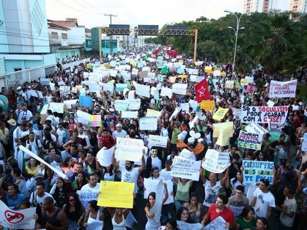 20 AL - Cerca de cinco mil manifestantes vão às ruas, segundo a PM (Foto: Jonathan Lins/G1)