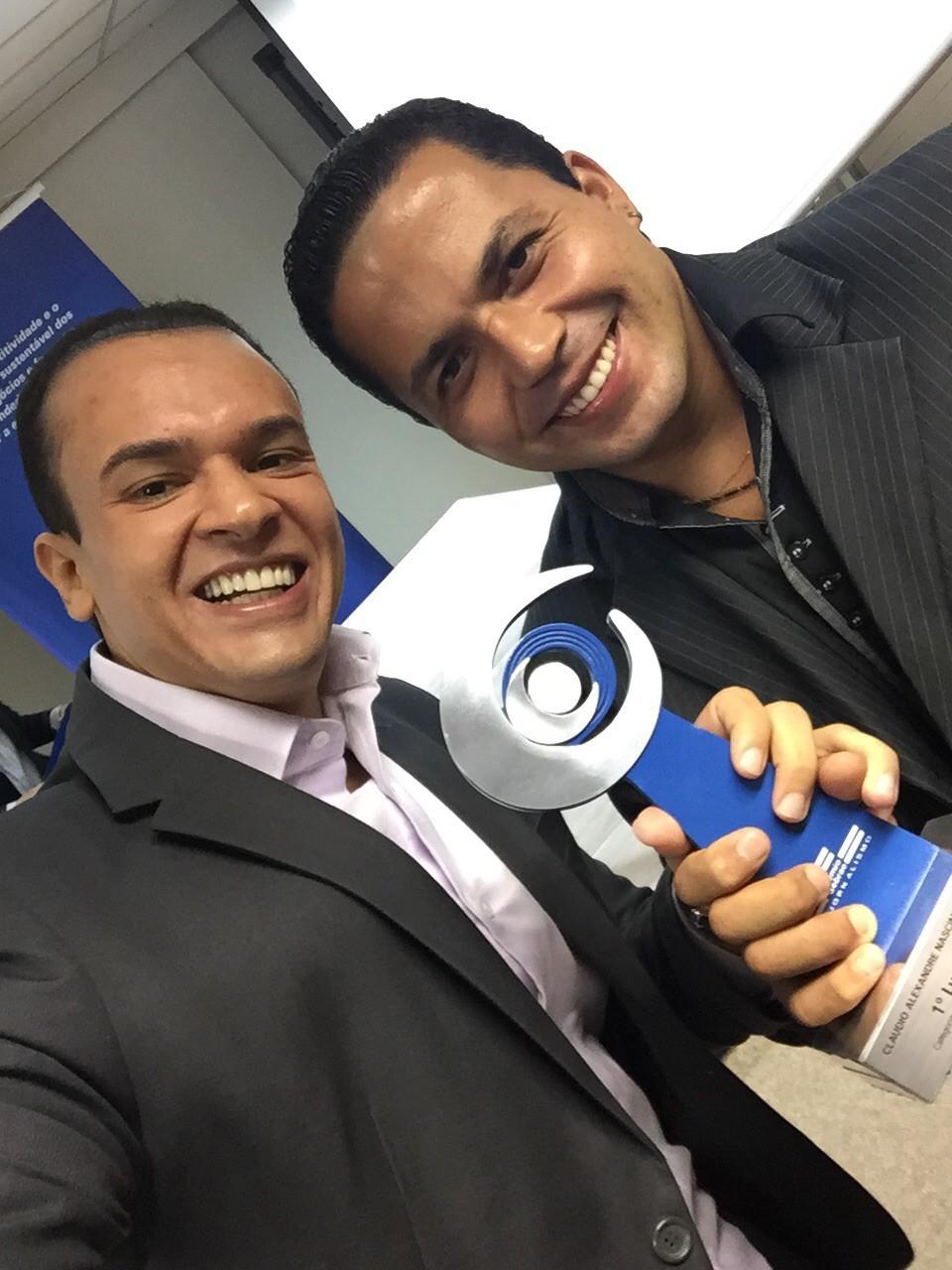 O repórter Fernando Daguano e o cinegrafista Claudio Nascimento comemoram a conquista do prêmio (Foto: Arquivo Pessoal)