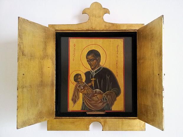 Relicário com a imagem de Anchieta e um pedaço do osso dele está no palácio (Foto: Amanda Monteiro/ G1 ES)