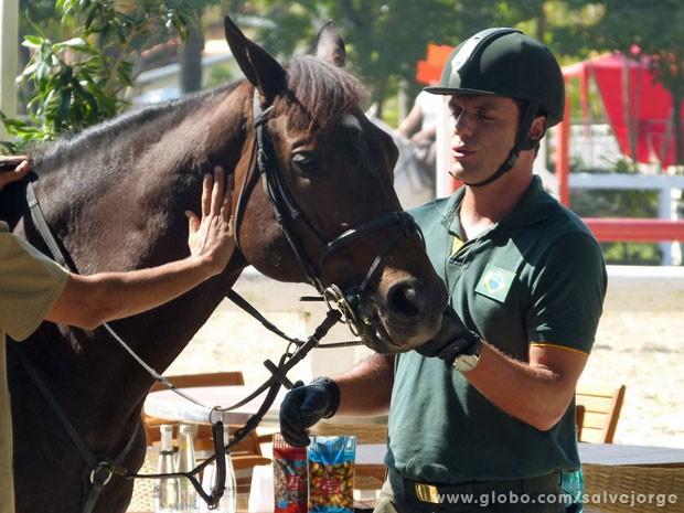 Rodrigo Lombardi amança o seu cavalo (Foto: Salve Jorge/ TV Globo)