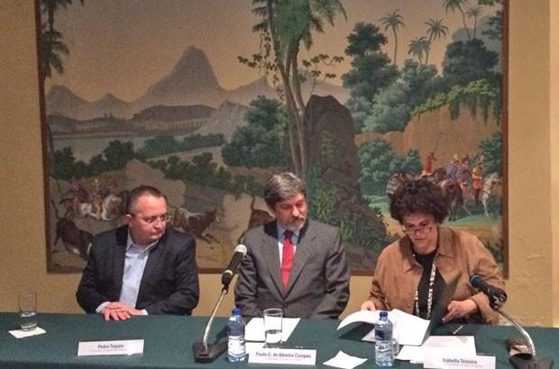 O govenador do Mato Grosso, Pedro Taques, o embaixador Paulo de Oliveira Campos e a ministra do Meio Ambiente do Brasil, Izabella Teixeira, na embaixada do Brasil em Paris (Foto: Rafael Garcia/G1)