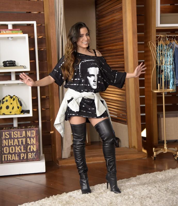 Anitta mostra um dos looks que vestiu no Estrelas (Foto: Raphael Dias/Gshow)