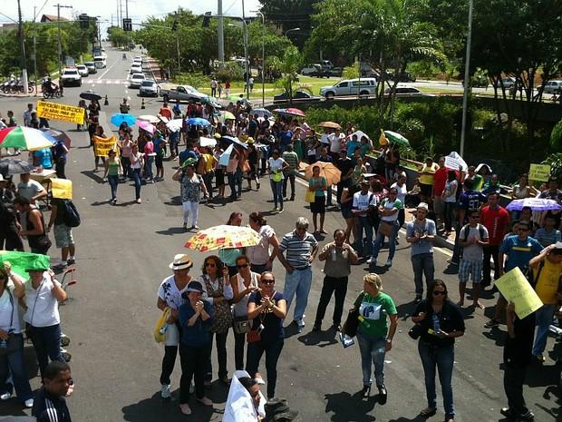 Avenida Brasil, no sentido bairro/Centro, em frente à sede do Governo, ficou totalmente bloqueada (Foto: Camila Henriques/G1 AM)