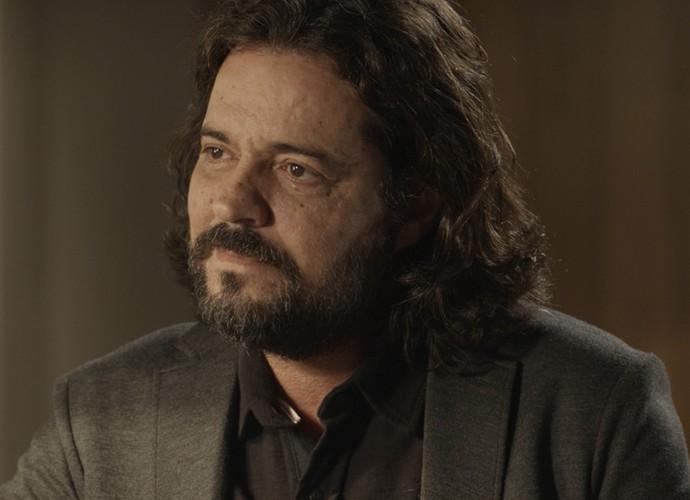 O escritor conta à empresária que Vitória perdeu sua filha (Foto: TV Globo)