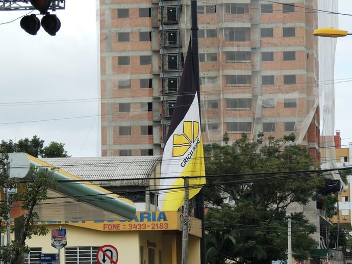 Bandeira Criciúma meio mastro (Foto: João Lucas Cardoso)