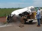 Acidente com Kombi escolar mata três crianças e fere dez na GO-173