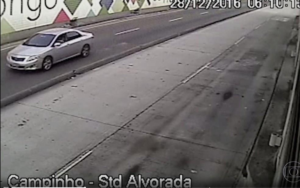 Criminosos passaram em carro atirando (Foto: Reprodução)