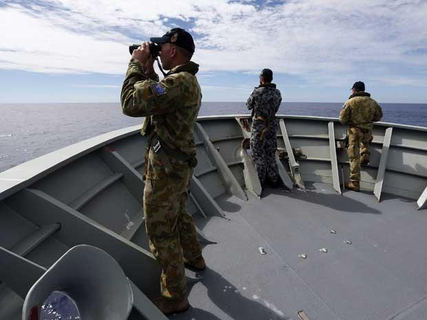 Buscas por destroços do Boeing da Malaysia Airlines prosseguem na região de Perth, na Austrália. (Foto: Força de Defesa Australiana / via Reuters)