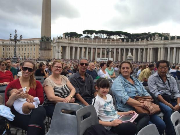 Anderson e a família participaram de audiência papal na Praça São Pedro, no Vaticano, em outubro (Foto: Anderson Kirihara / Arquivo Pessoal)