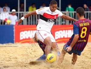 Souza, do Flamengo, tenta o gol contra o Barcelona (Foto: Gaspar nobrega)