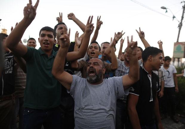 Palestinos celebram na cidade de Gaza o cessar-fogo acertado com Israel nesta terça-feira (26)  (Foto: Suhaib Salem/Reuters)
