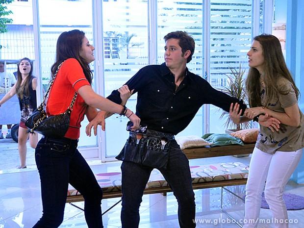 Serguei é disputado por várias garotas da MICA e fica irritado (Foto: Malhação / TV Globo)