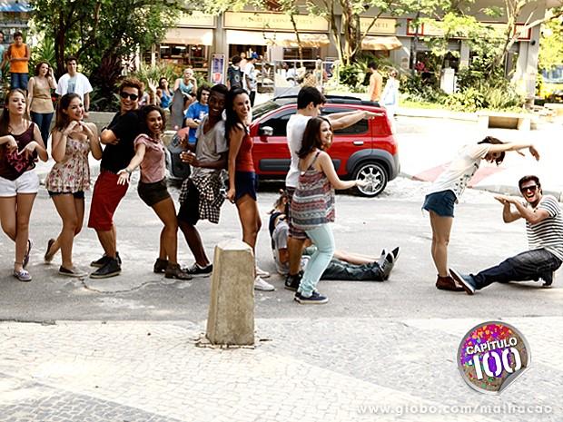 Galera canta e dança em homenagem a Meg e emocionam (Foto: Inácio Moraes / TV Globo)