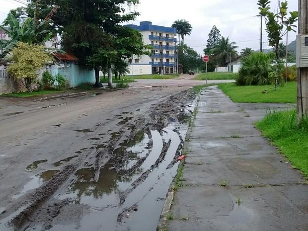 Moradores reclamam de buracos e lama no bairro Perequê-Açu (Foto: Vanguarda Repórter/Maytê Ribeiro)