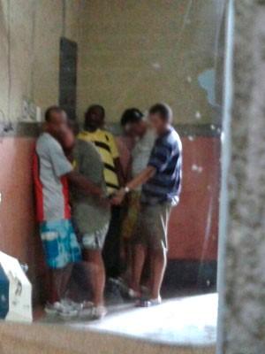 Ganês (de camisa amarela) foi conduzido à delegacia na manhã desta segunda-feira (23) (Foto: Rafael Barbosa/G1)
