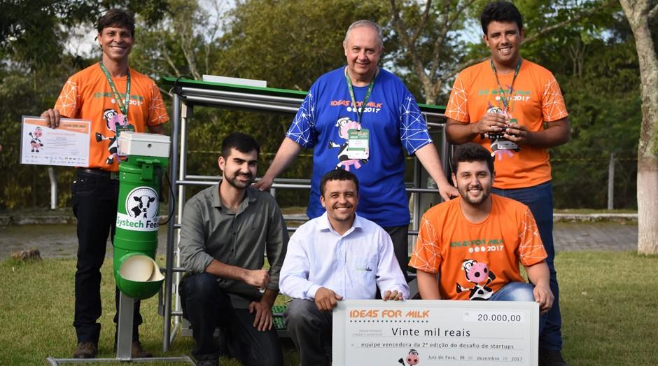 Paulo Martins, chefe-geral da Embrapa Gado de Leite, de azul, entrega o prêmio para os criadores da Systech Feeder (Foto: Divulgação / Embrapa)