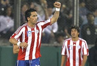 Lucas Barrios comemora gol do Paraguai (Foto: AP)