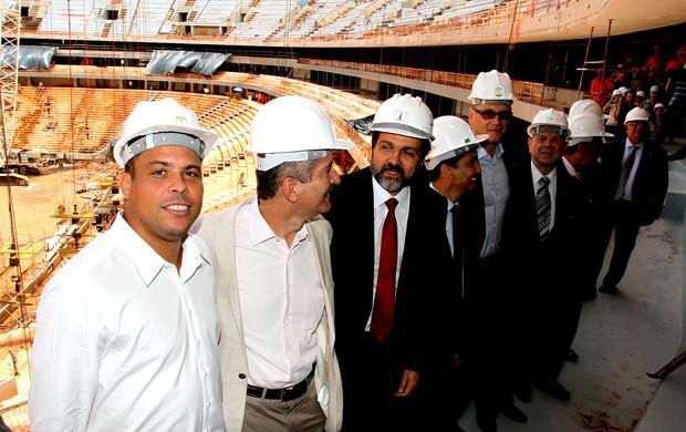 Aldo Rebelo e Ronaldo em visita as obras no estádio Nacional em Brasília (Foto: Ale Vianna / Ag. Estado)