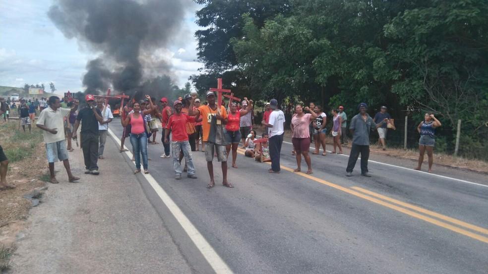 Manifestantes ligados ao MST durante protesto em Periquito (Foto: Polícia Rodoviária Federal/Divulgação)