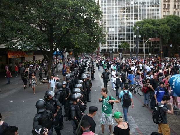 PMs com armaduras estão bem perto dos manifestantes. Ato segue concentrado na Praça Ramos (Foto: Marcelo Brandt/G1)