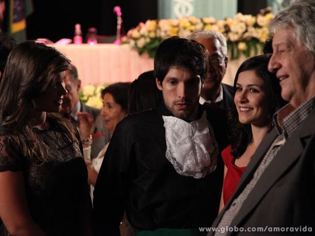 Luciano fica sem graça ao lado das amigas (Foto: Jacson Vogel / Amor à Vida)