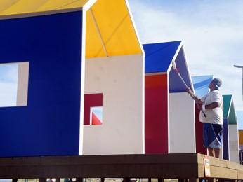 Homem pinta estrutura da passarela do Garota Verão em Capão da Canoa (Foto: Gabriela Loeblein/G1)