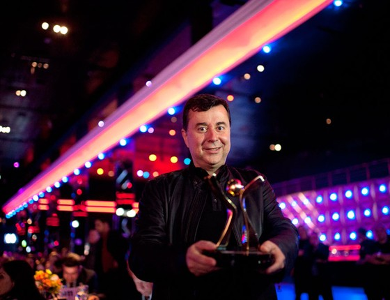 Fabio Coelho, diretor presidente da Google Brasil recebe o prêmio do primeiro lugar na categoria Empresa Média  (Foto: Emiliano Capozoli/ÉPOCA)
