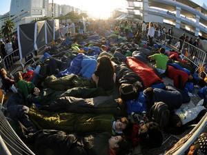 28/7 - Mesmo com a luz do dia, grupo de peregrinos ainda dormia em Copacabana (Foto: Alexandre Durão/G1)