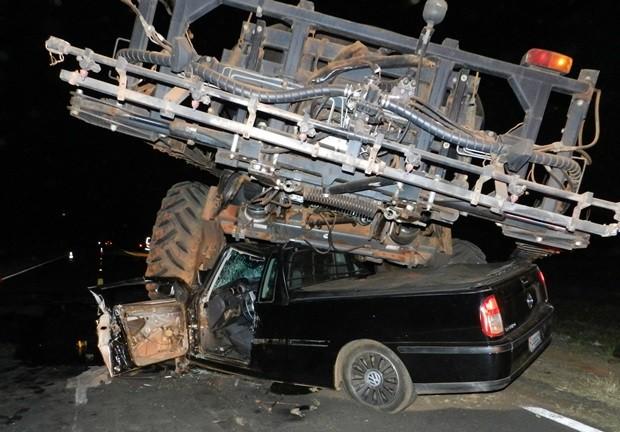 Veículo ficou preso embaixo da roda traseira esquerda da pulverizadora (Foto: Janaína Secco)