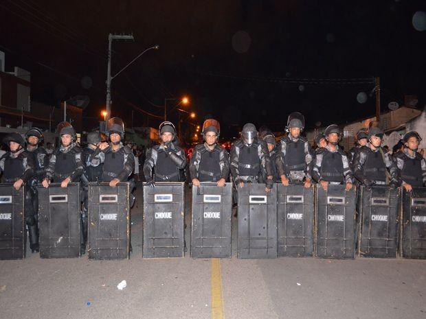Batalhão de Choque foi acionado para evitar ações de vandalismo à prefeitura (Foto: Flávio Antunes/G1)