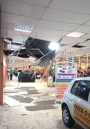Parte do teto desabou dentro do supermercado Hiper Bompreço da avenida Prudente de Morais (Foto: Jocaff Souza/G1)