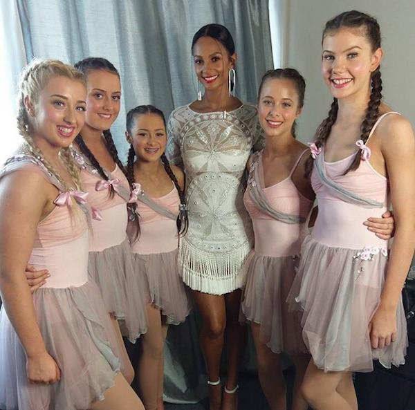 A jovem danarina Julia com suas colegas de dança (Foto: Twitter)