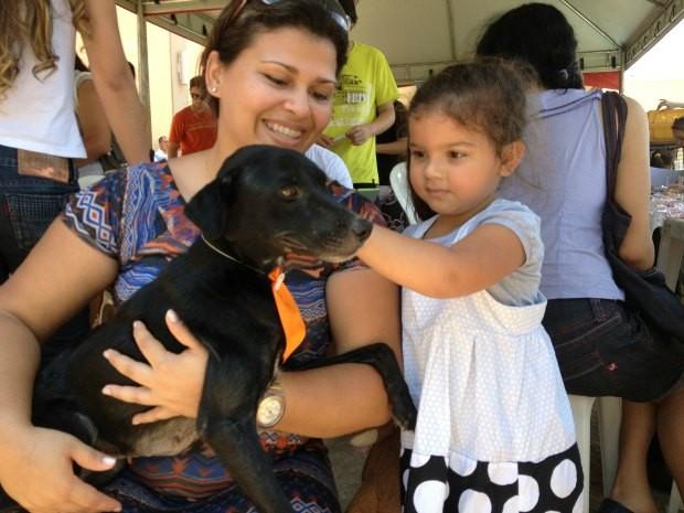 Eloá escolheu a cadela junto com a mãe (Foto: Ivanete Damasceno/G1)