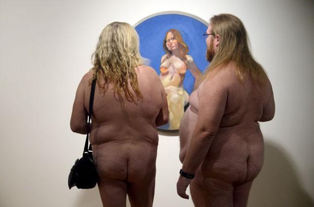 Sem roupa, casal observa obra de exposição no Canadá (Foto: Aaron Harris/Reuters)
