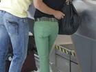 Fernanda Lima e Rodrigo Hilbert chegam a aeroporto com os filhos