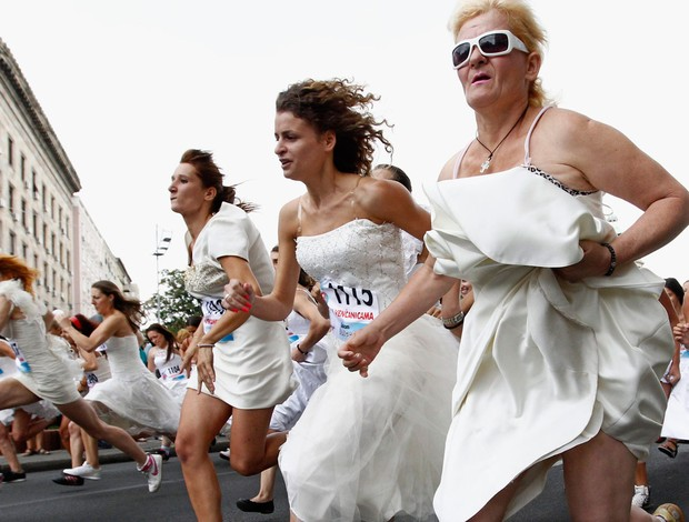corrida noivas Belgrado (Foto: Agência Reuters)