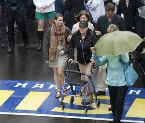 A sobrevivente Erika Brannock participa da cerimônia de homenagem às vítimas do atentado na maratona de Boston de 2013 (Foto: REUTERS/Dominick Reuter)